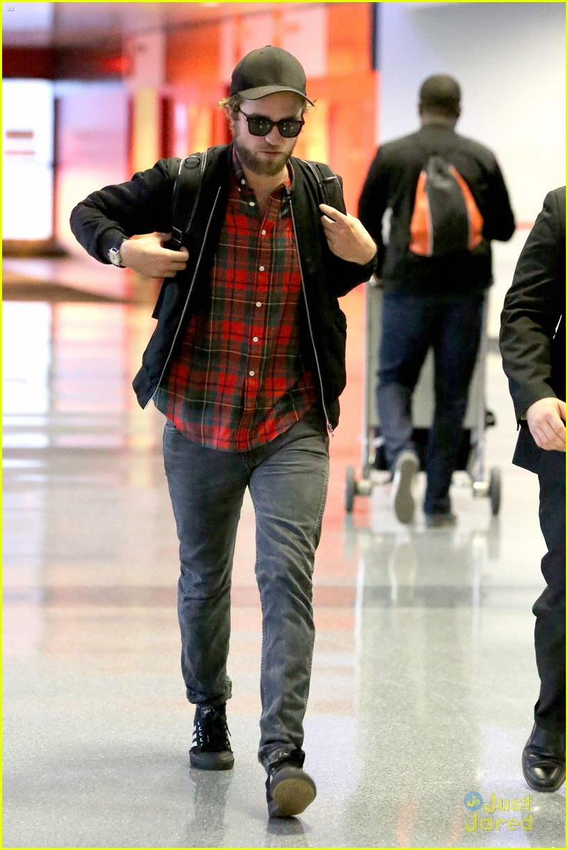 robert pattinson goes super scruffy for lax departure 15