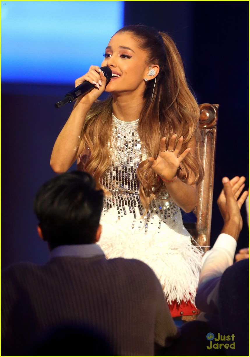 ariana grande big sean hold hands at grammy christmas 09