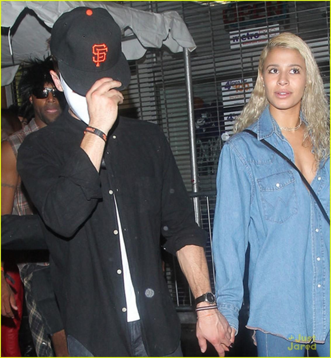 Zac Efron & Sami Miro Hold Hands on Halloween | Photo 737060 ...