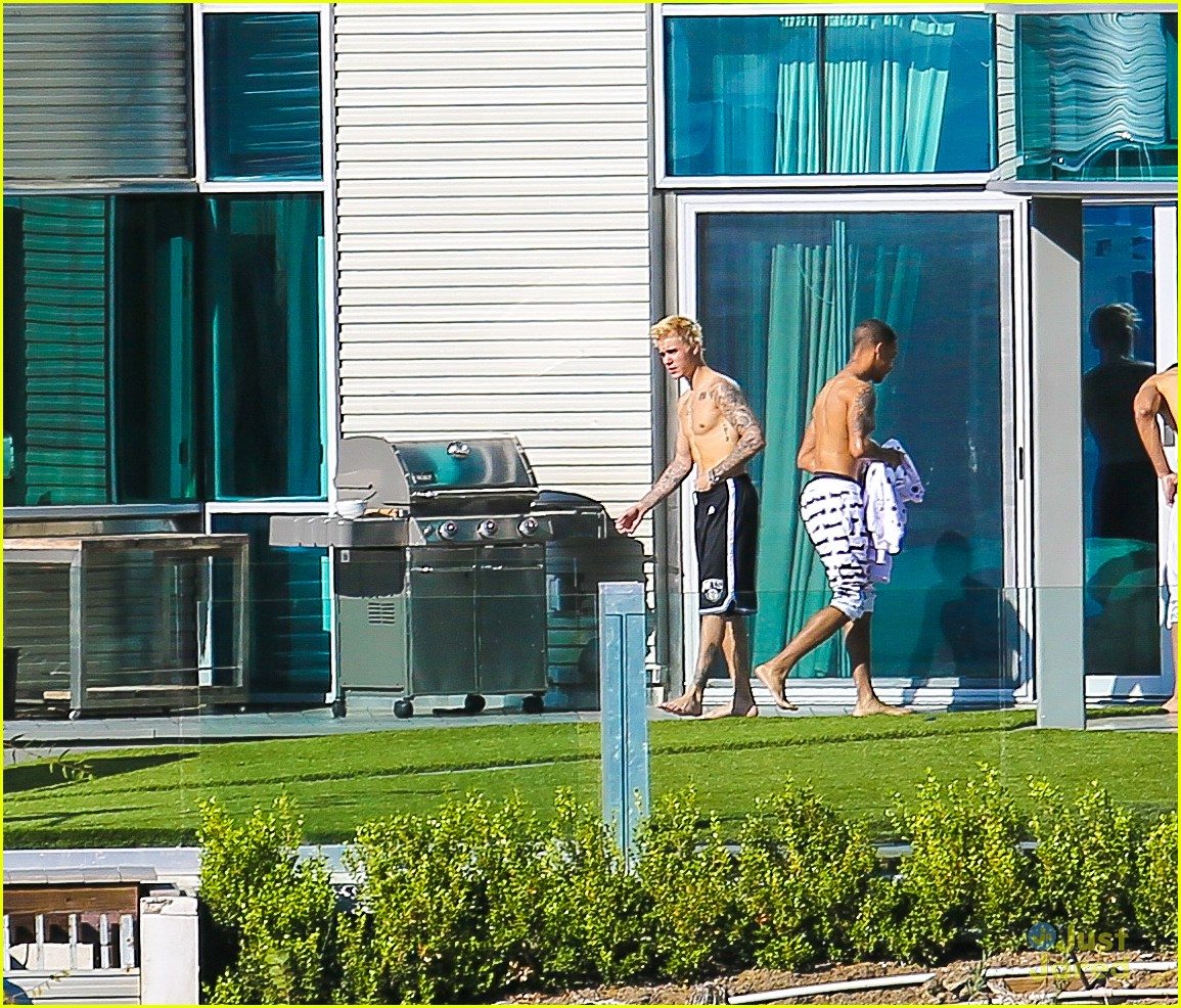 Justin Bieber Shows Off Shirtless Body at Rented Beverly ...