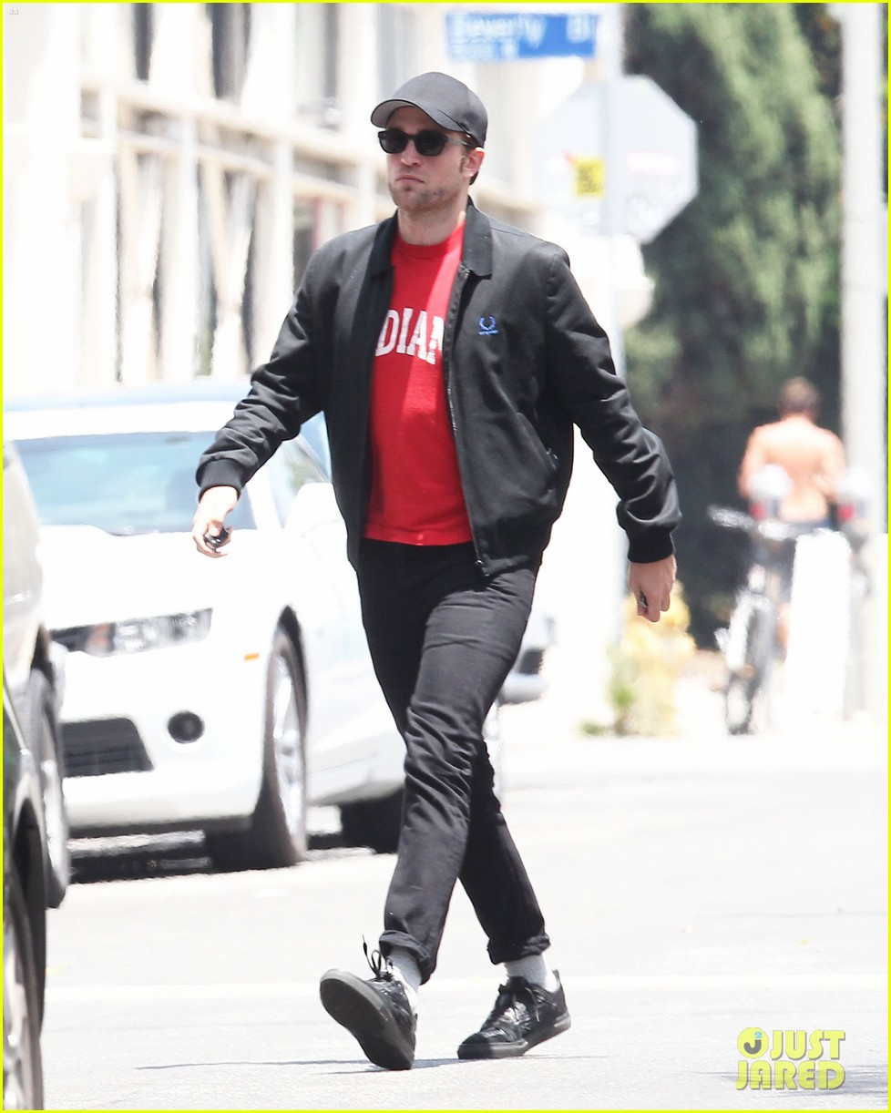 robert pattinson shows off some scruff 05