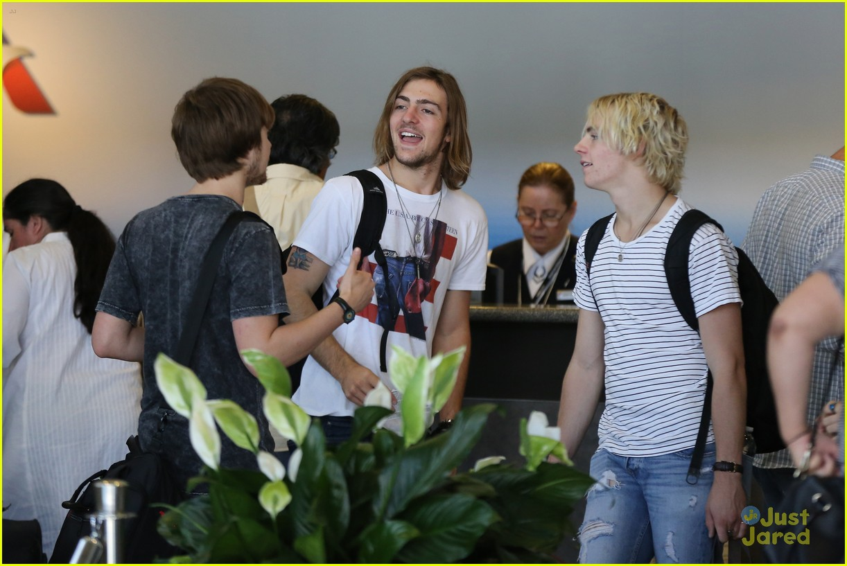 rydel lynch ellington ratliff kiss at airport flight out 01