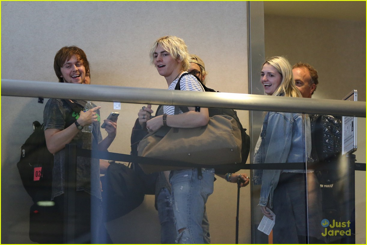 rydel lynch ellington ratliff kiss at airport flight out 20