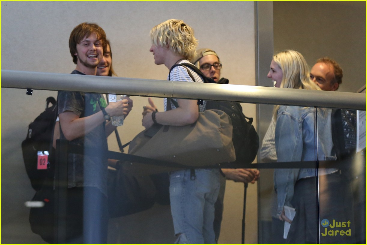 rydel lynch ellington ratliff kiss at airport flight out 37