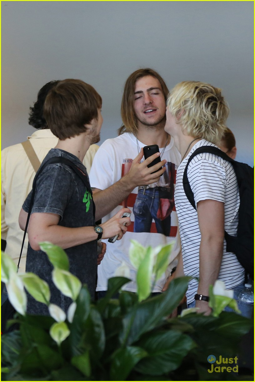 rydel lynch ellington ratliff kiss at airport flight out 38