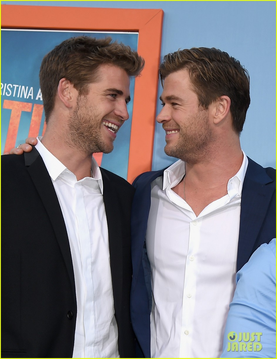chris hemsworth gets his brothers support at vacation premiere 02