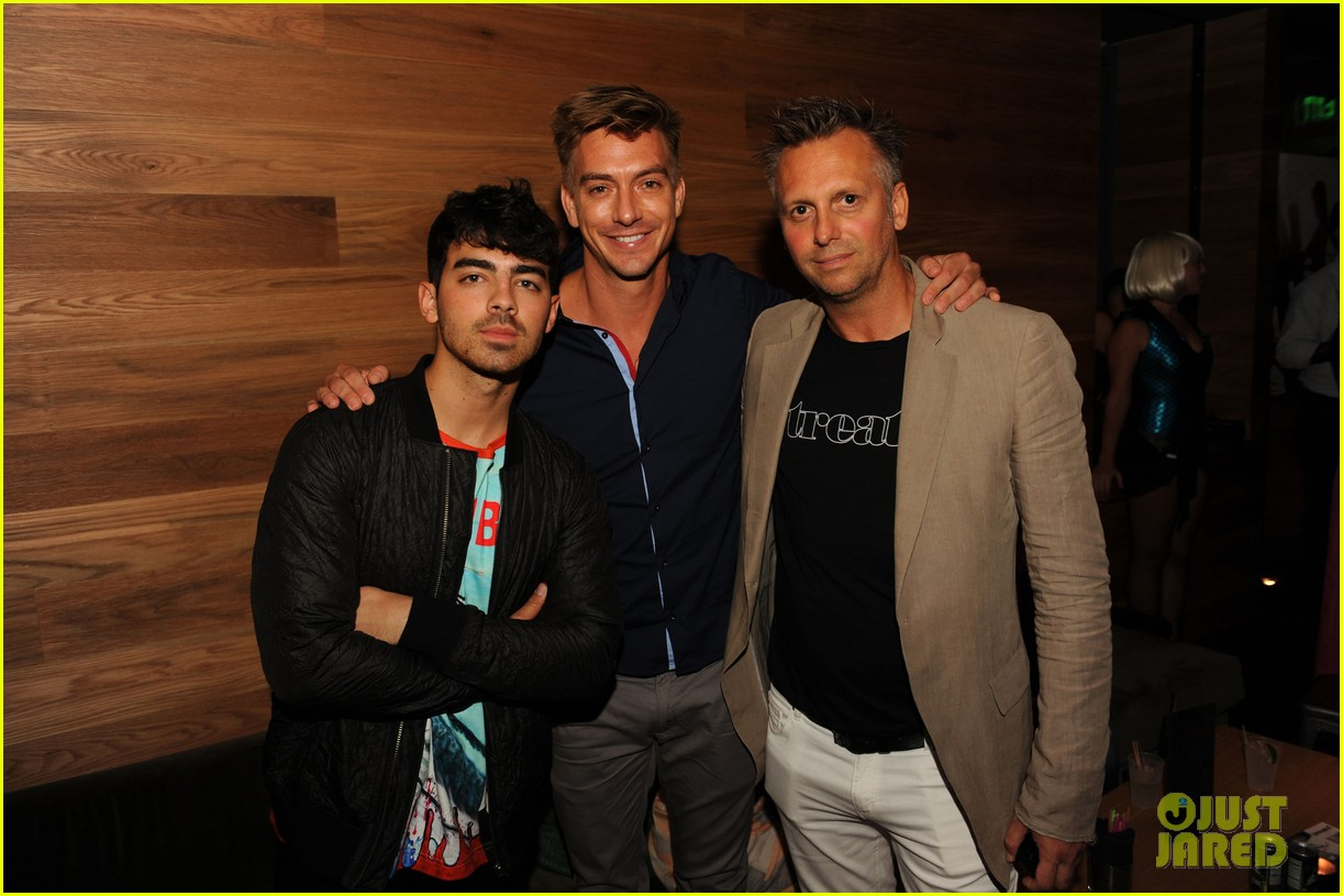 joe jonas meets up with brothers kevin nick 18