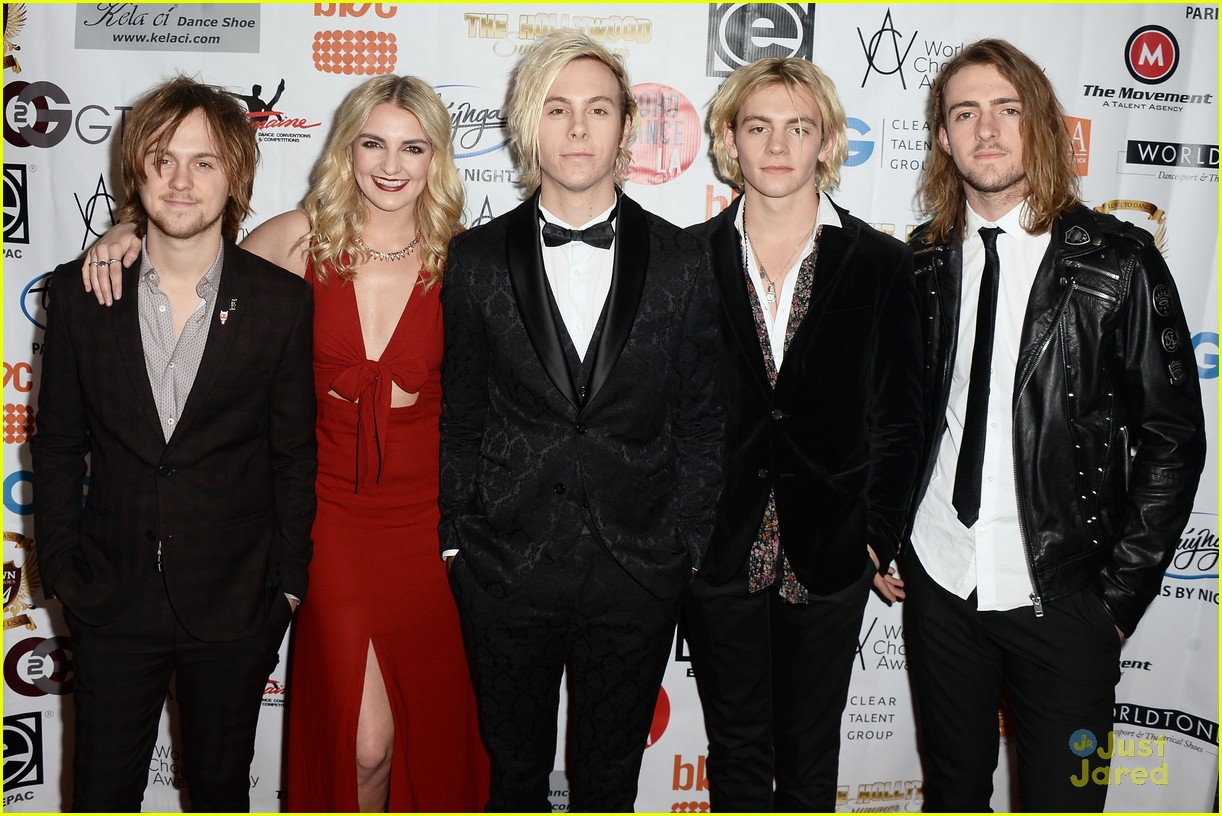 r5 supports riker lynch host world choreography awards 01