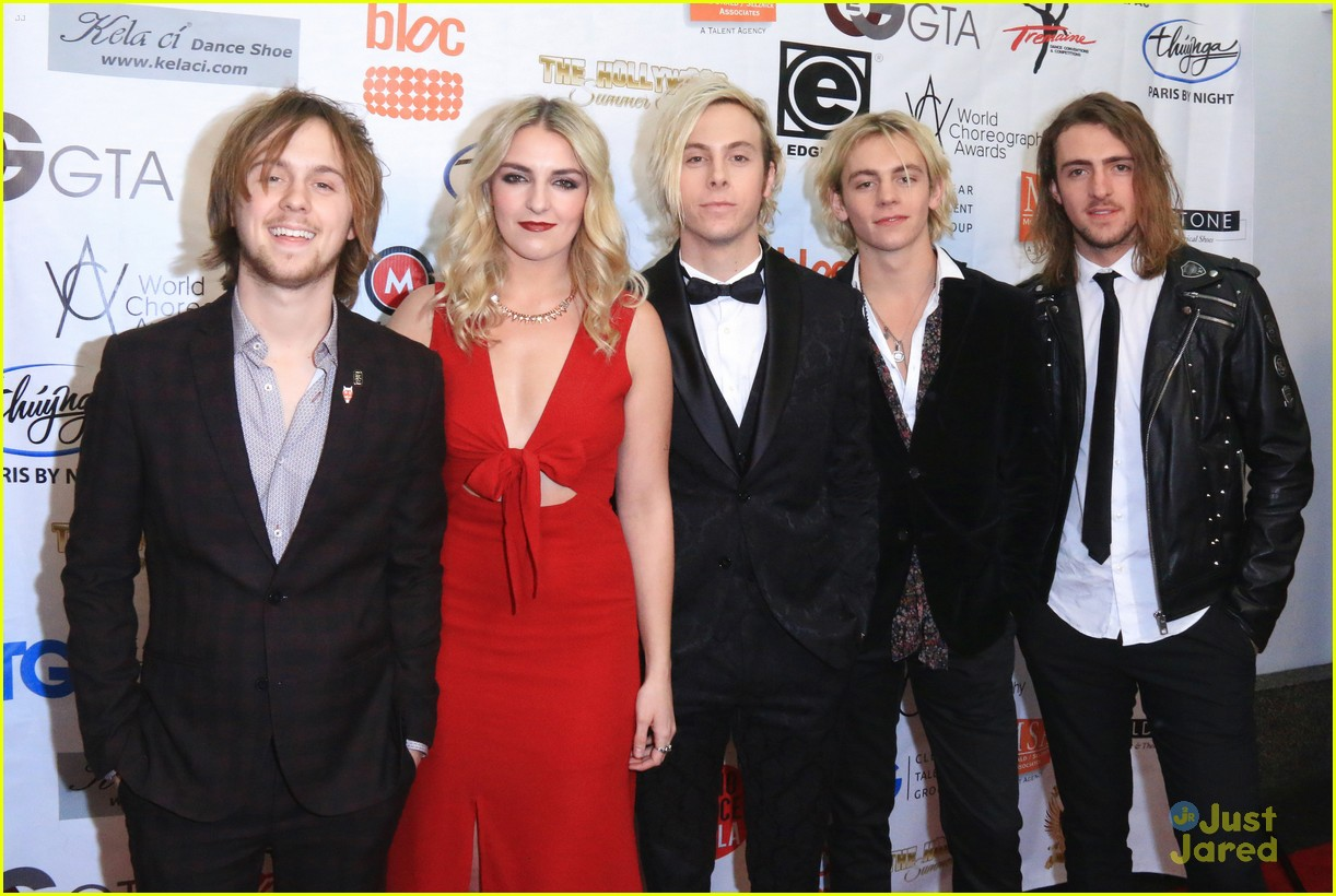 r5 supports riker lynch host world choreography awards 05