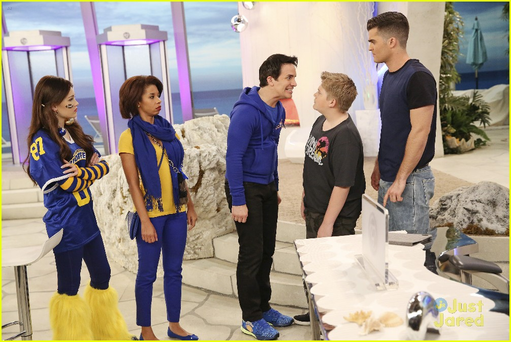 billy unger shows off team spirit on tonights lab rats