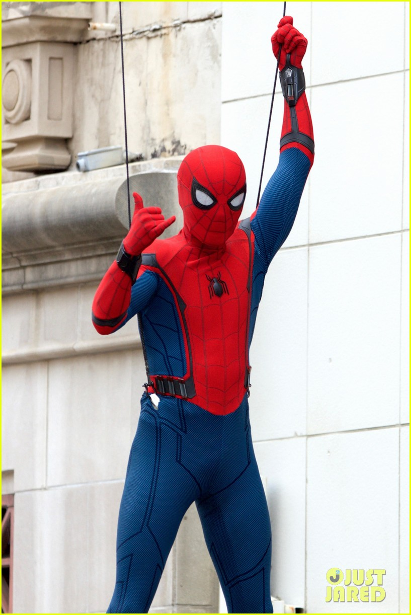 spider man swings into action on set 03
