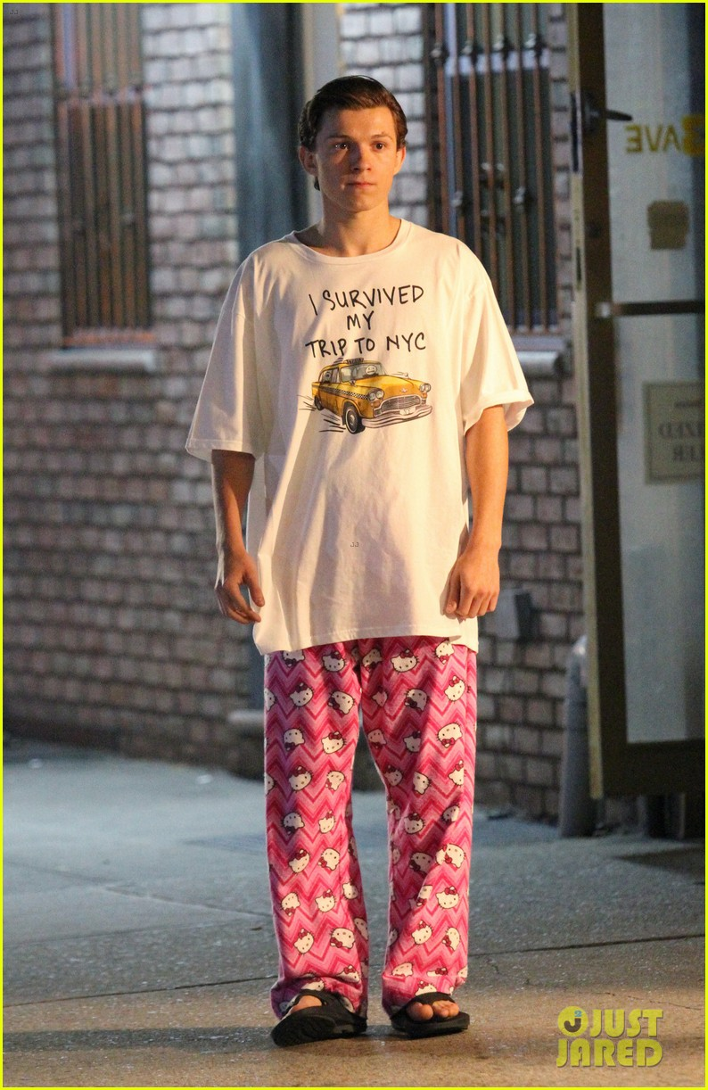 Tom Holland Wears 'Hello Kitty' PJs for 'Spider-Man ... Zac Efron Dating
