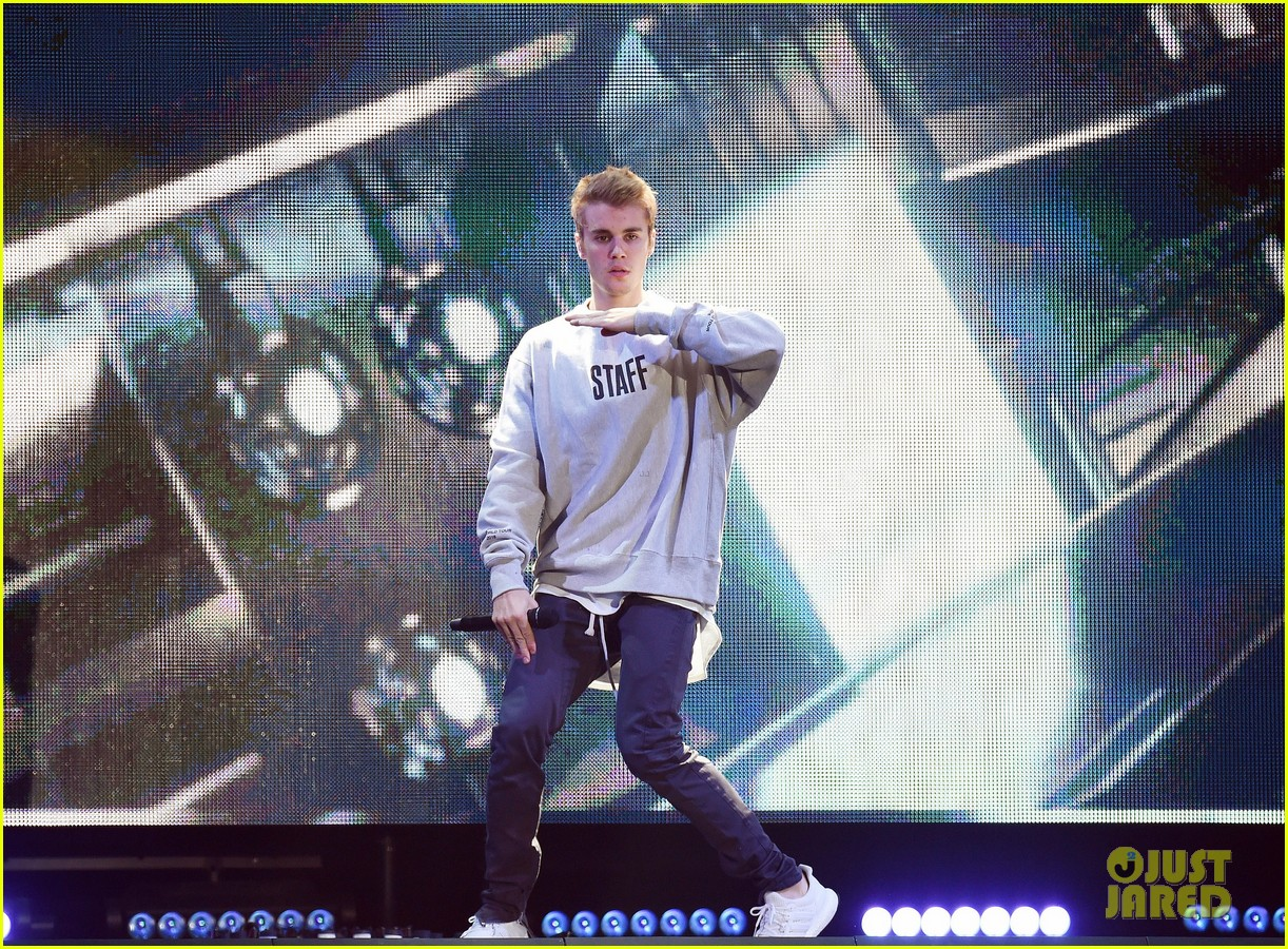 Justin Bieber Tells Fans To Stop Screaming Again at Second ...