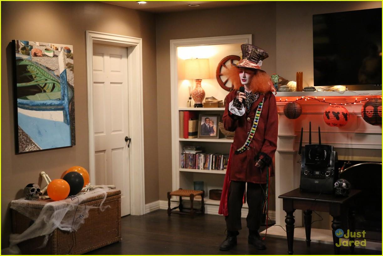 Nolan Gould is The Kiss Emoji For Halloween on \u0027Modern Family\u0027