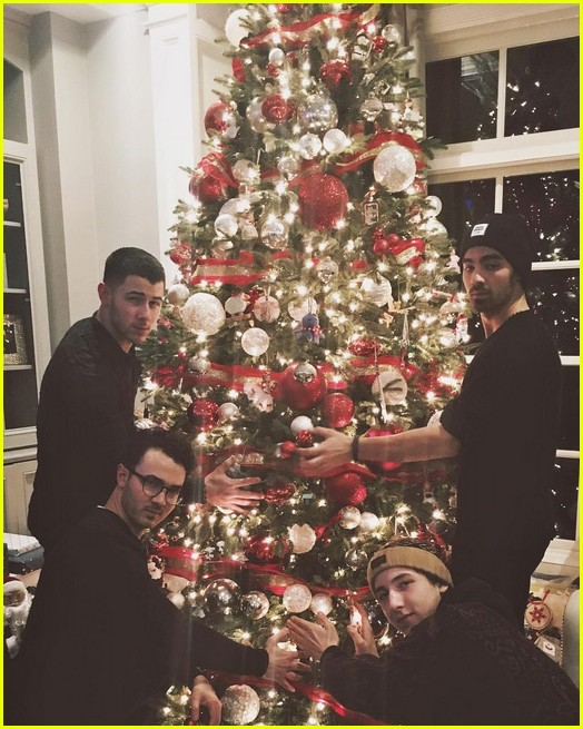 jonas brothers christmas photos 03