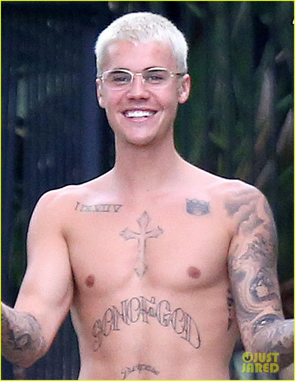 justin bieber goes shirtless in australia 04