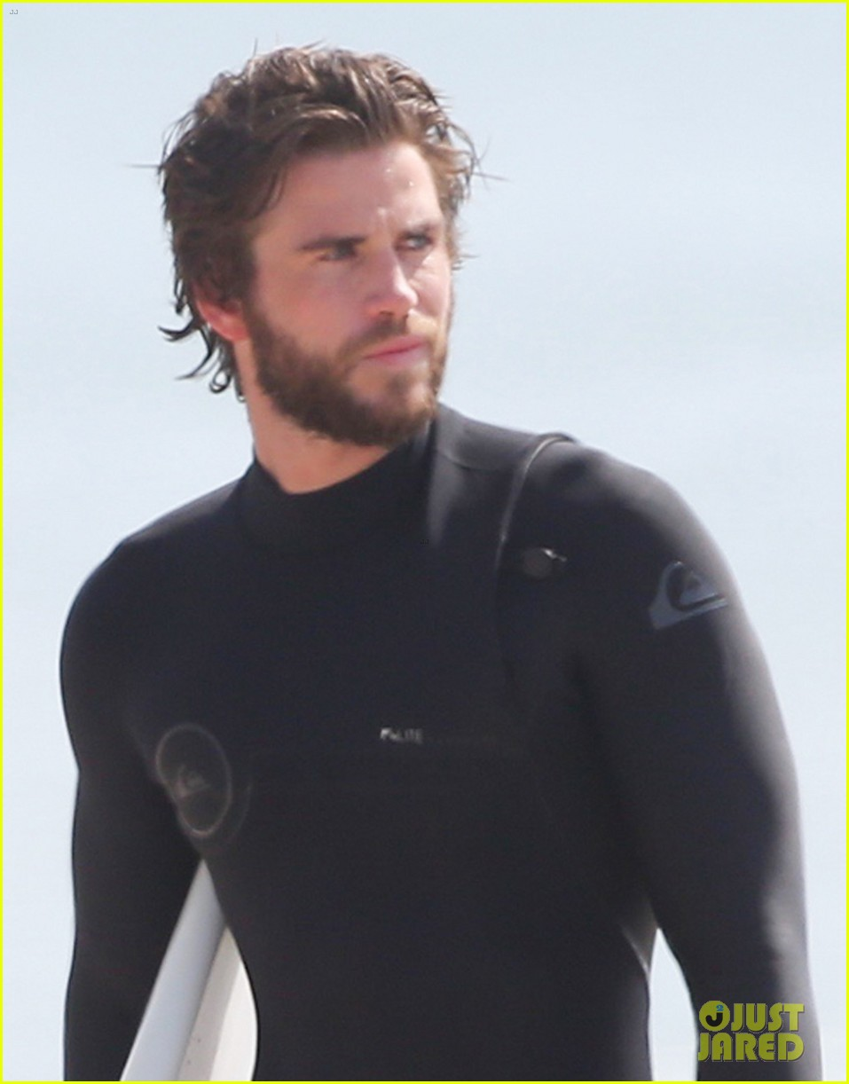 liam hemsworths wetsuit shows off his totally ripped bod 03