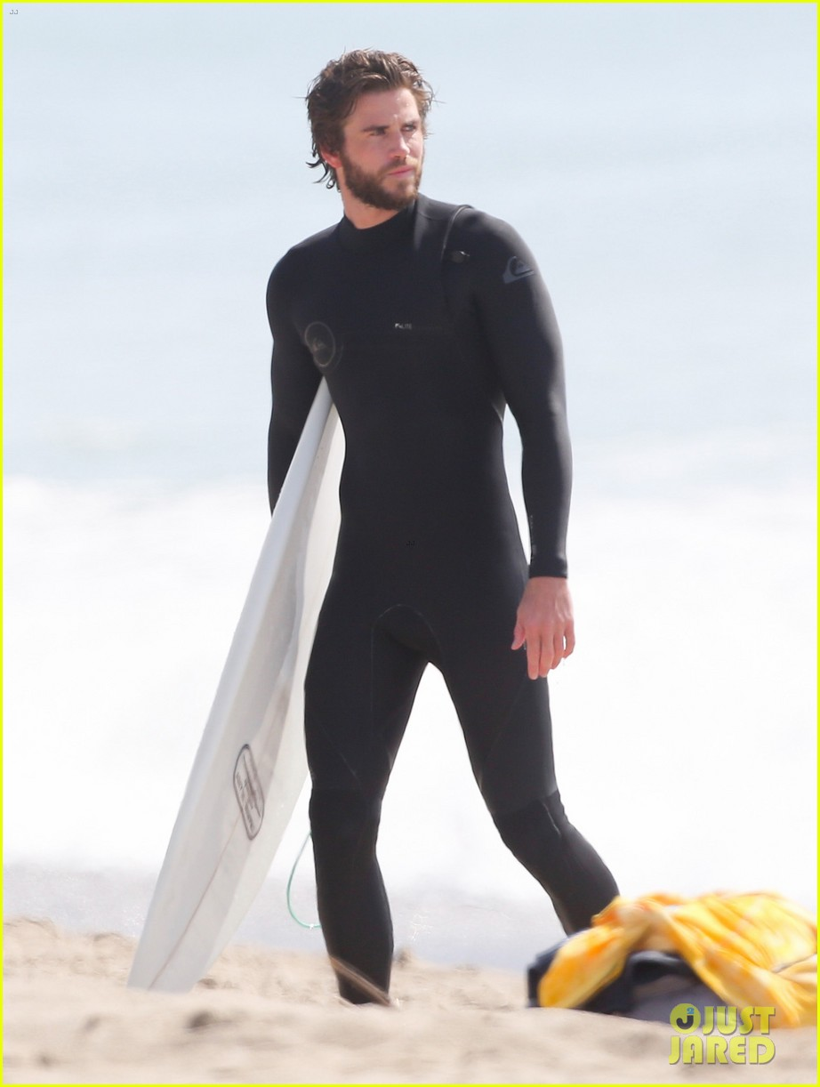 liam hemsworths wetsuit shows off his totally ripped bod 05