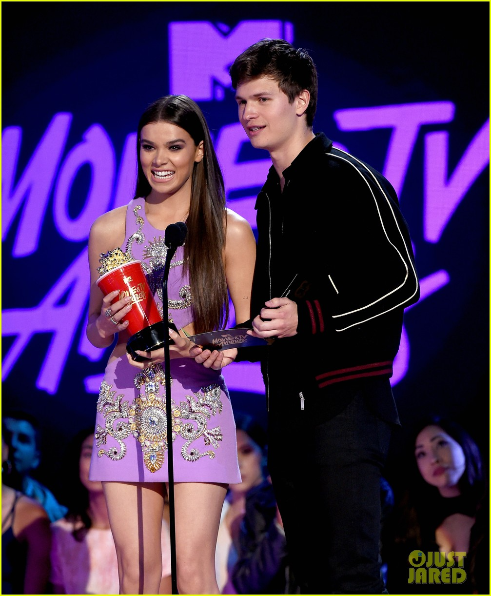 ansel elgort haile steinfeld have a lovefest at the mtv04