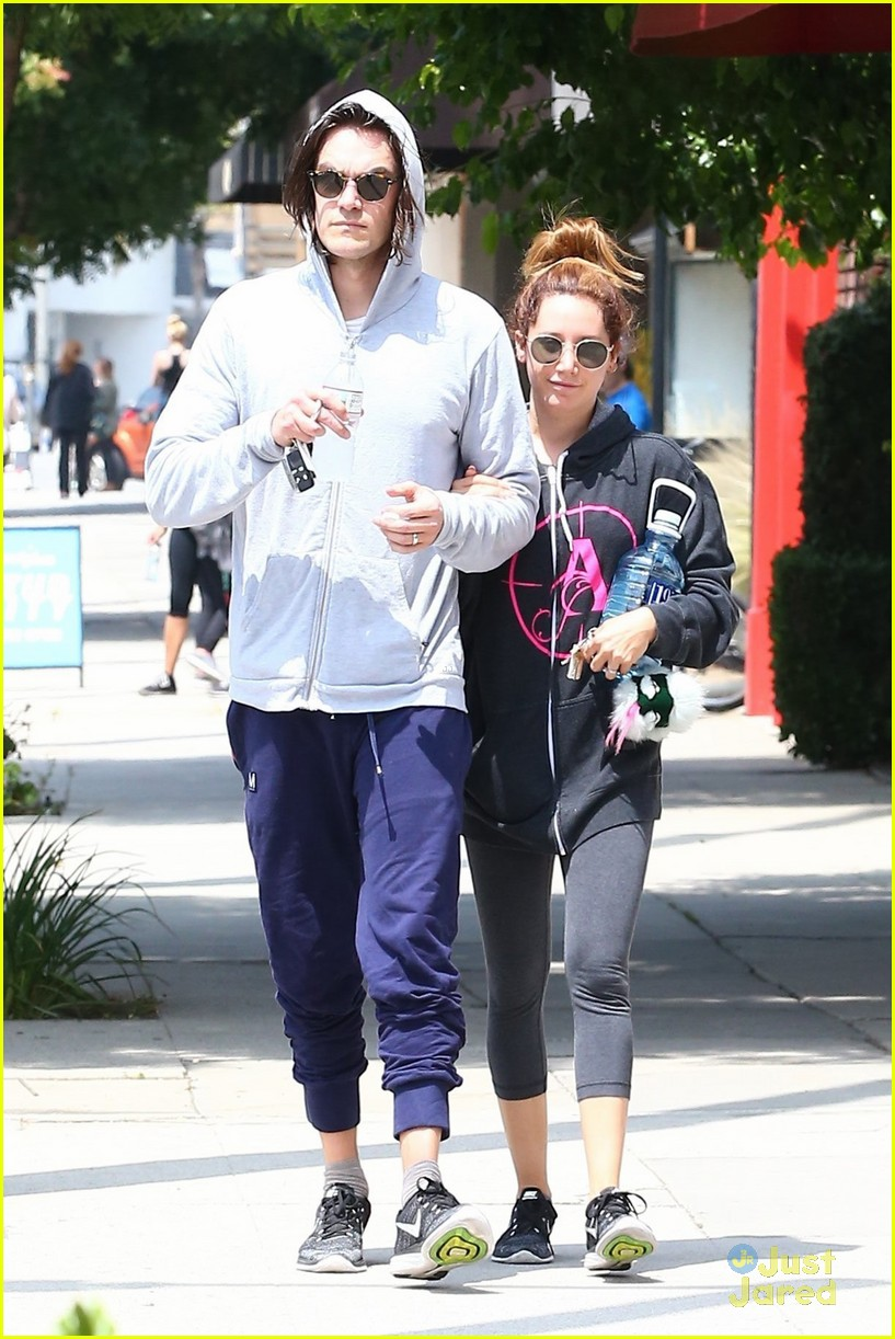 ashley tisdale chris french annie hoodie gym 01