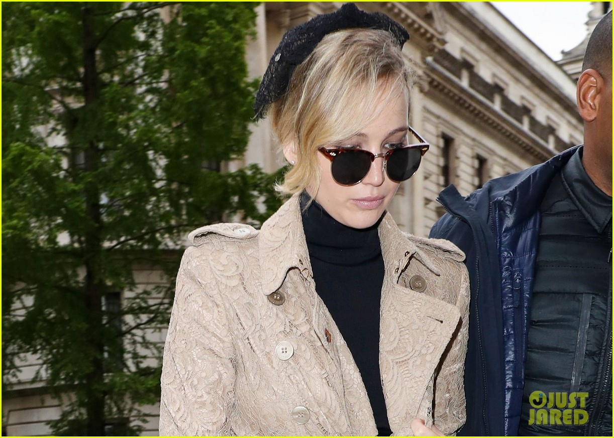 jennifer lawrence visits palace london 03