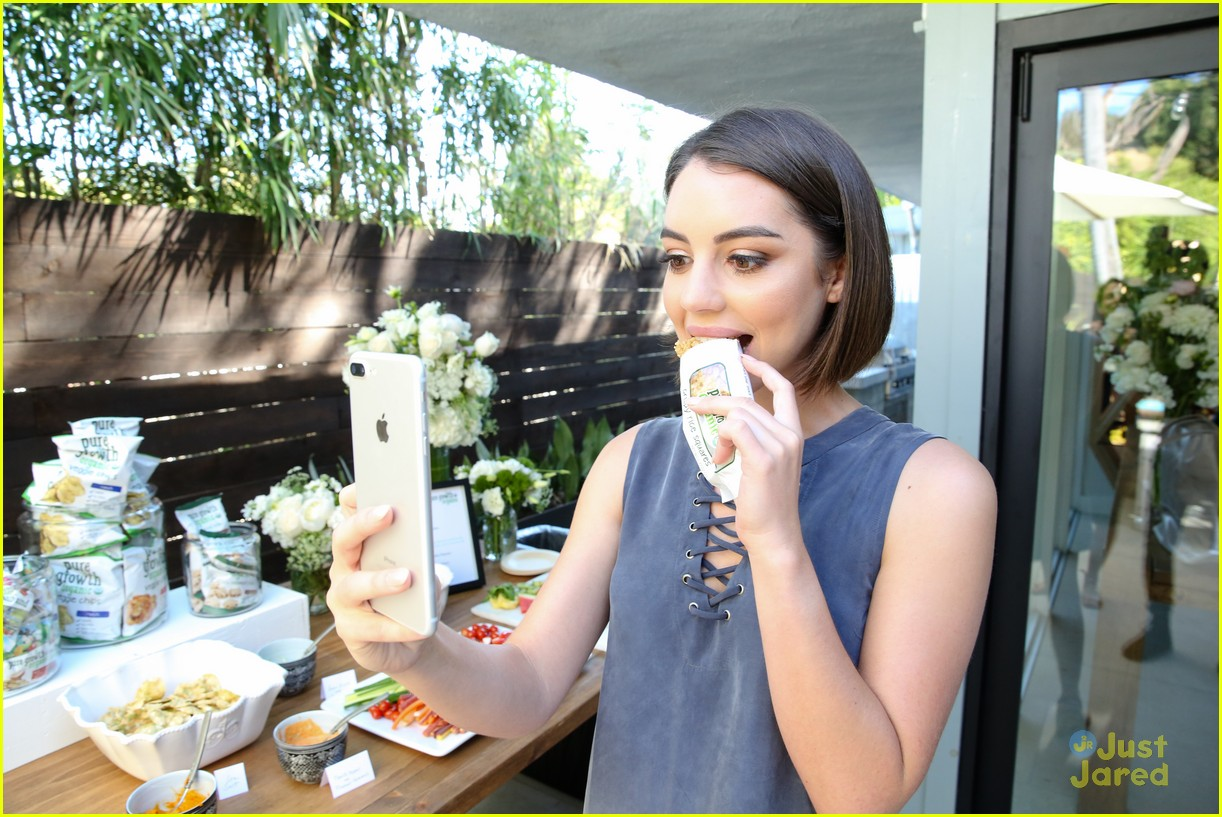 adelaide kane munch historical show philantrophy party 04