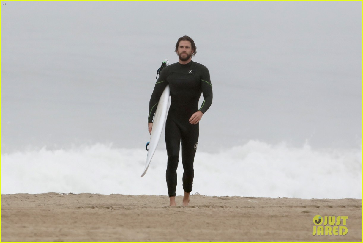 liam hemsworth strips out of wetsuit to reveal ripped abs 15