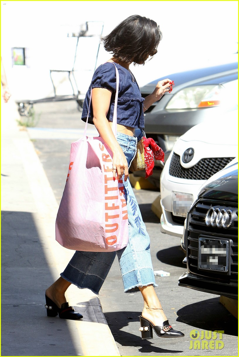 vanessa hudgens flaunts her toned tummy during la shopping trip 02