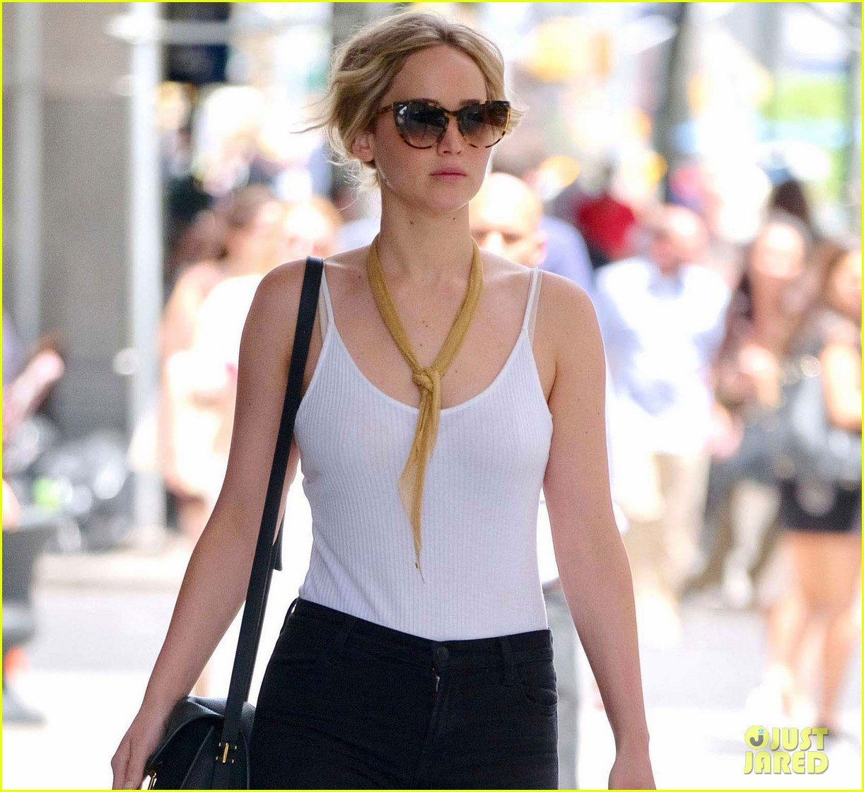 jennifer lawrence dog nyc airport 02