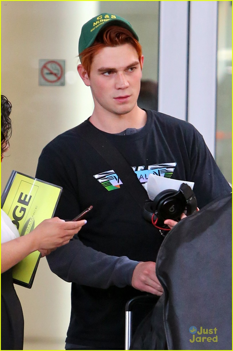 kj apa fans airport dove cameron more mmva attendees 04