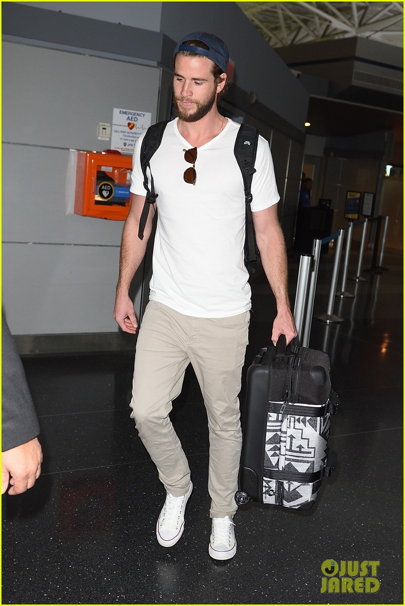 liam hemsworth beard scruff jfk airport 04