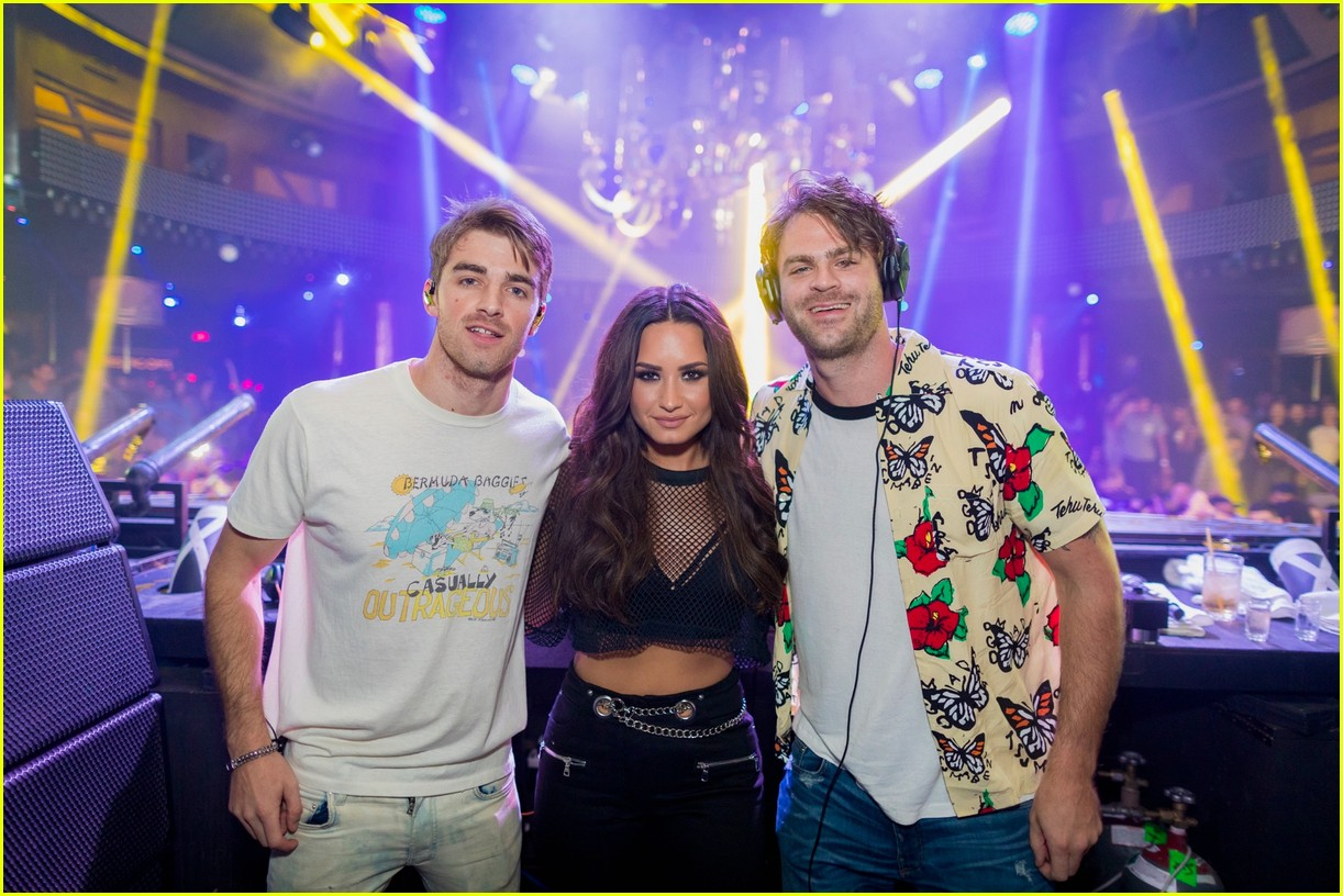 demi lovato gets support nina dobrev and glen powell at house party tour in vegas 02