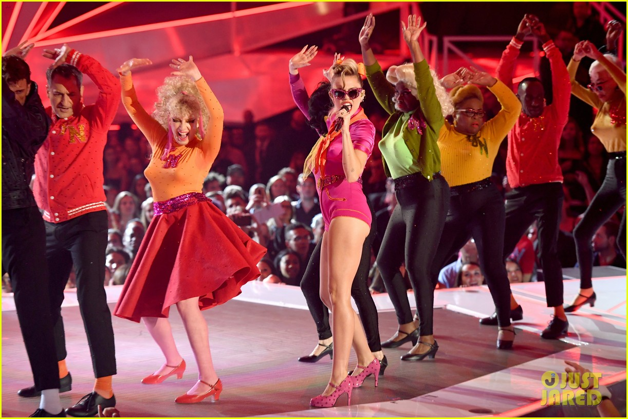 miley cyrus performs younger now mtv vmas 2017 11