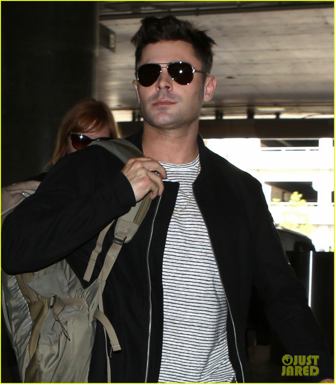 zac efron catches a flight out of los angeles 02