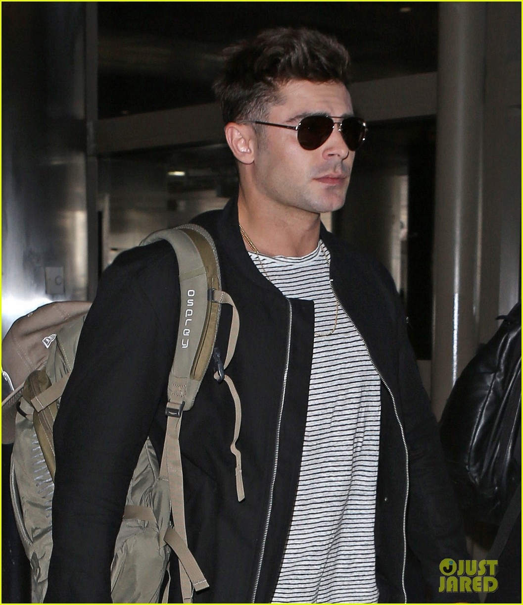 zac efron catches a flight out of los angeles 04
