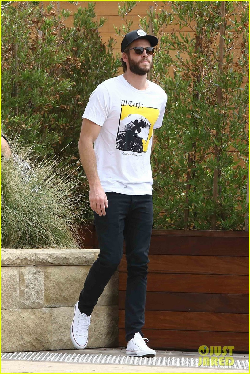 liam hemsworth grabs lunch in malibu 02