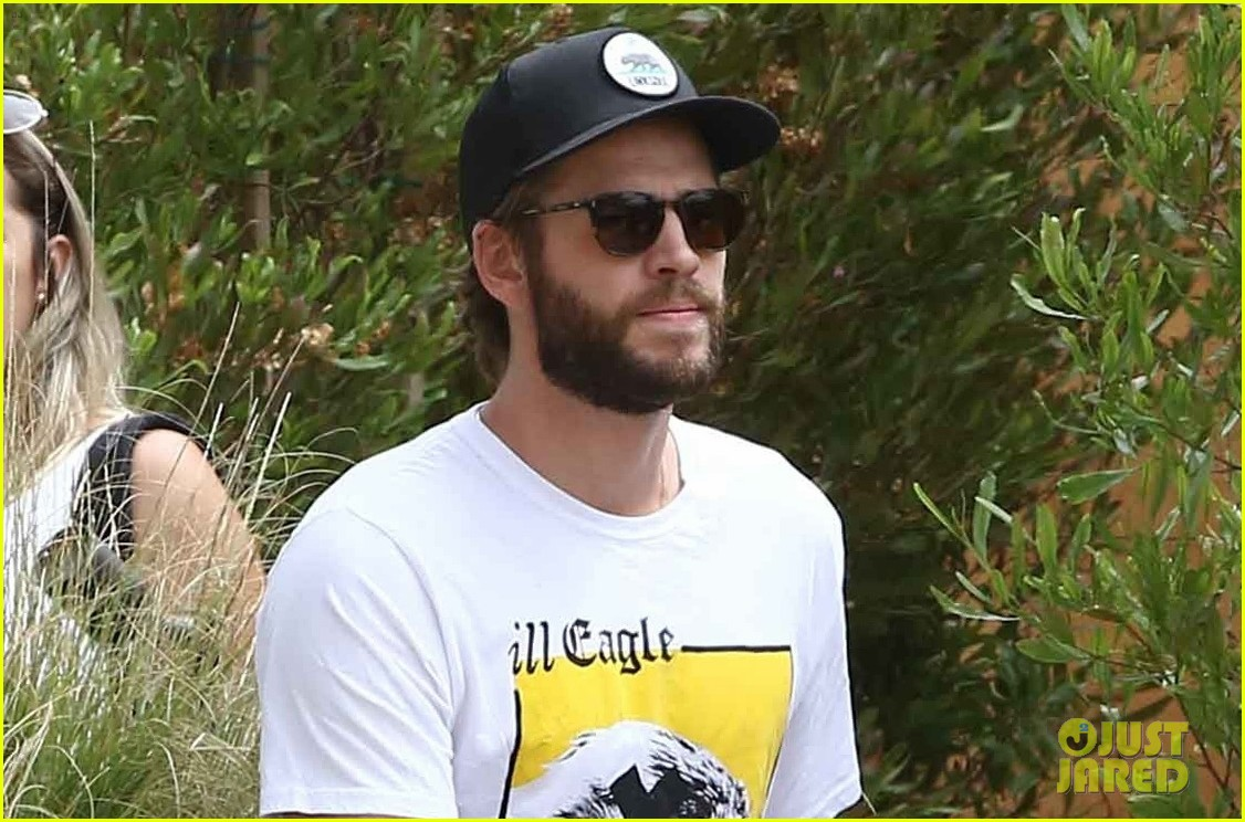 liam hemsworth grabs lunch in malibu 05