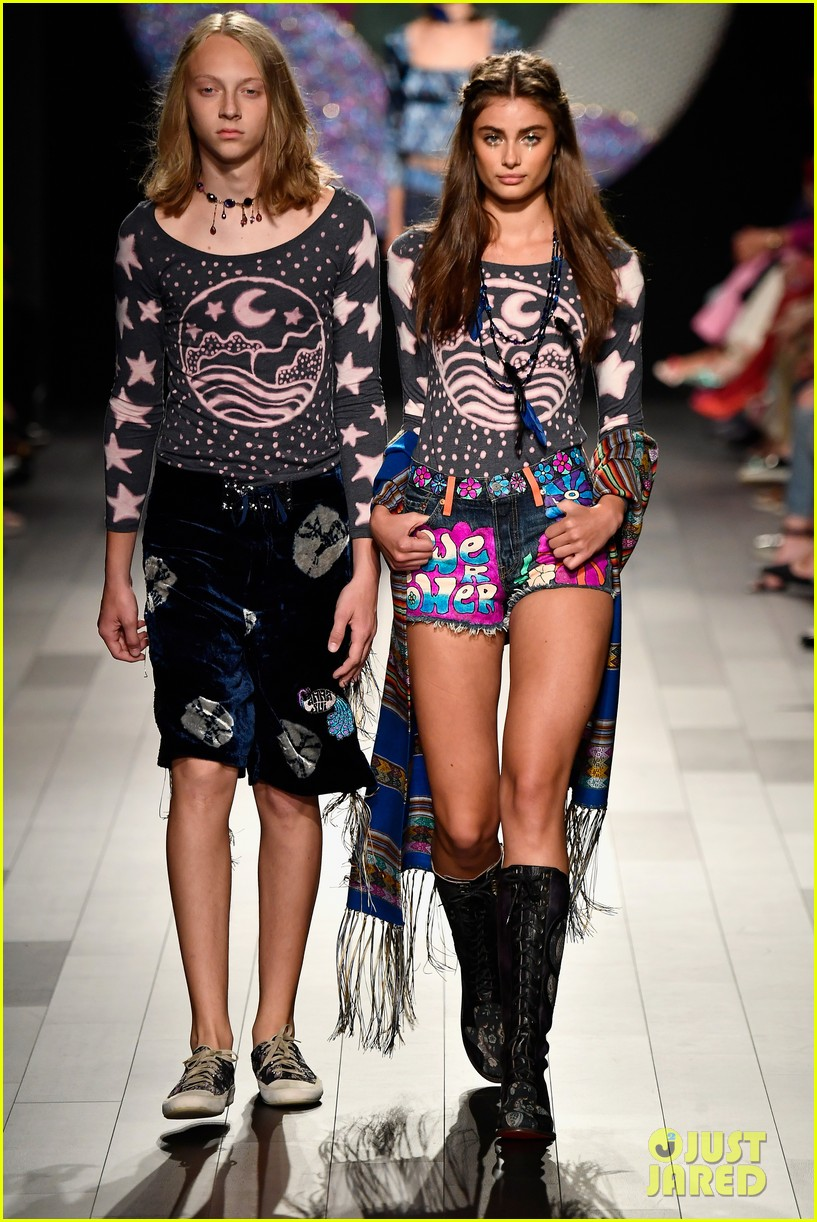 gigi hadid loses high heel mid runway during anna sui show 05