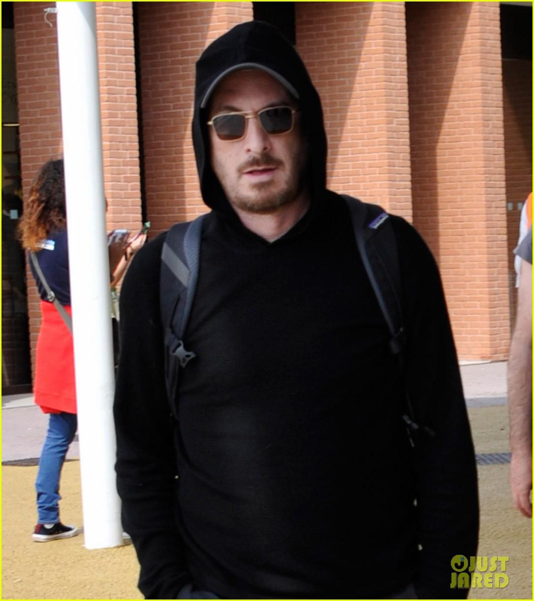 jennifer lawrence arrives for venice film festival with darren aronofsky 02