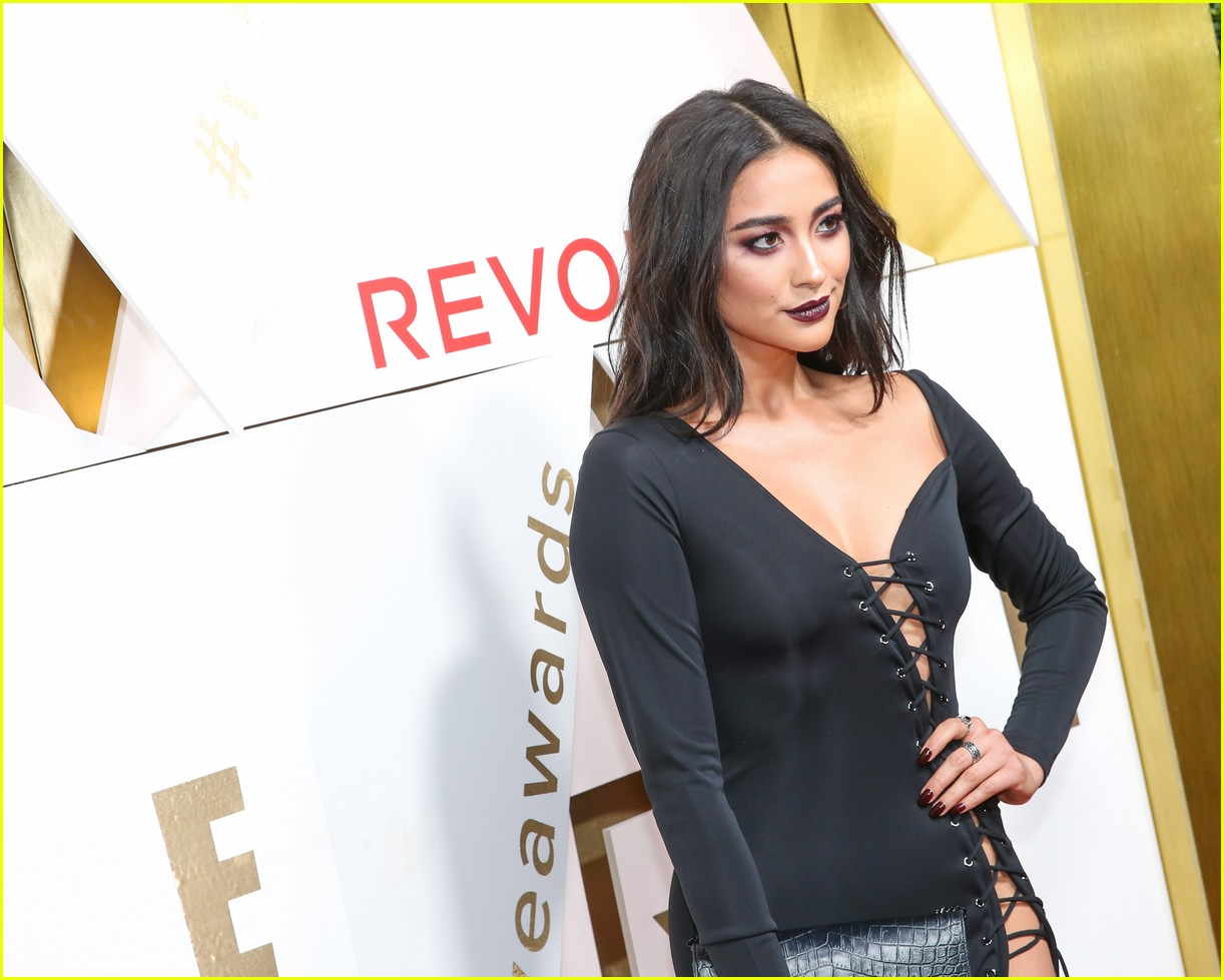 hailey baldwin and shay mitchell are beauties in black at revolve awards 2017 02