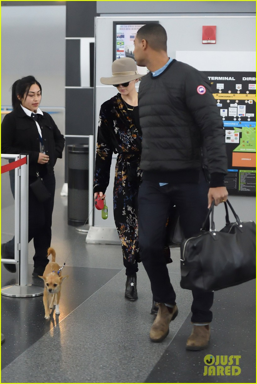 jennifer lawrence and her pup pippi catch a flight at jfk 04