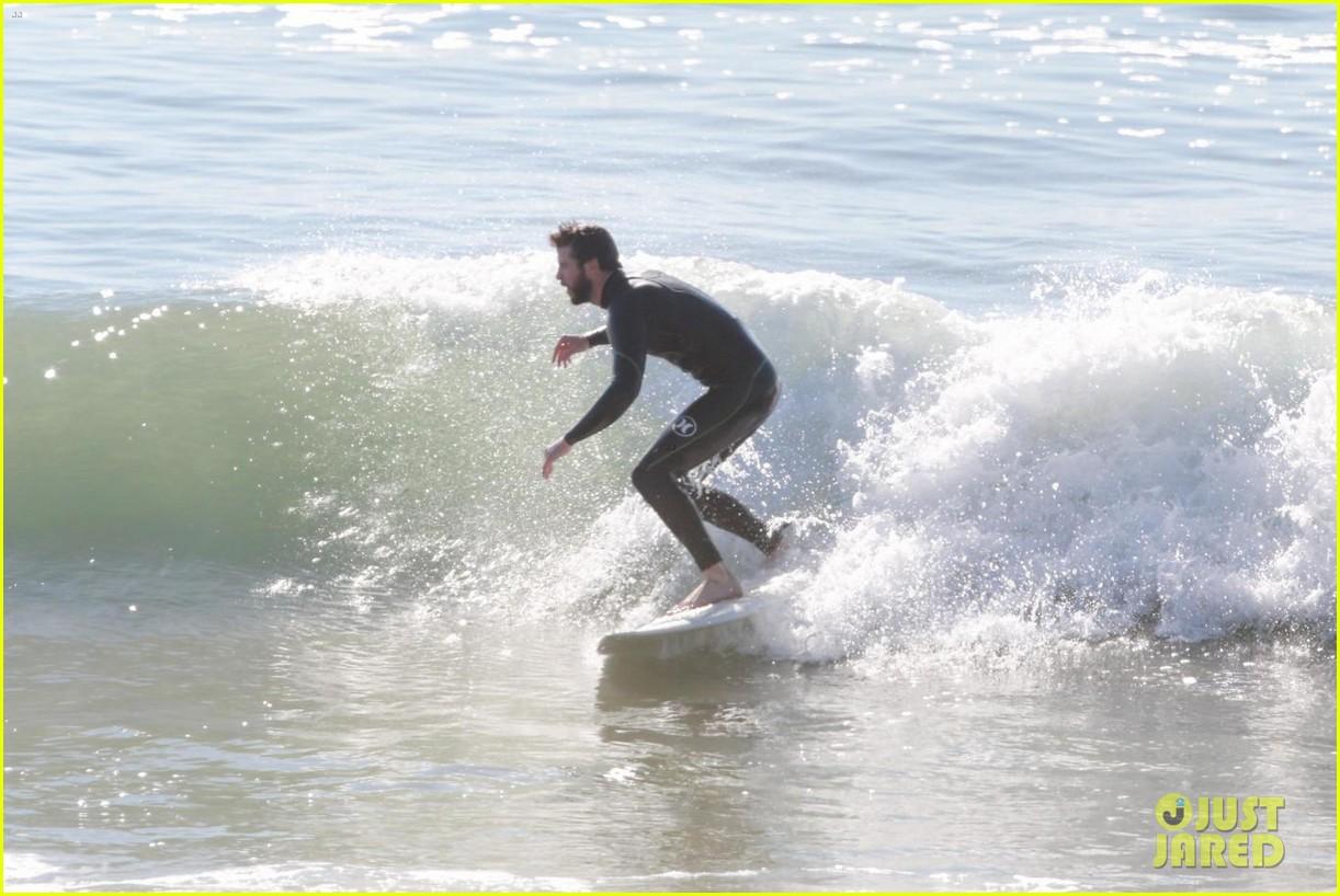liam hemsworth surfing 05