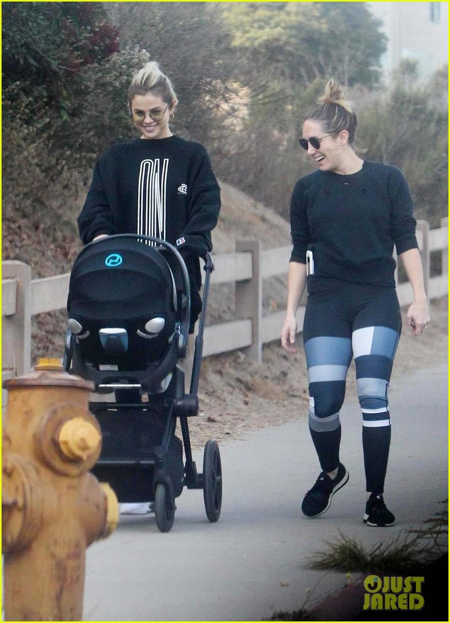 selena gomez baby stroller hike 02